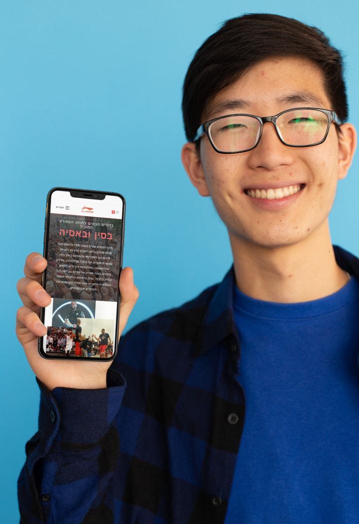 איש מחזיק טלפון עם האתר לי נינג